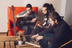 Produção com os músicos que compõem foto de stock
