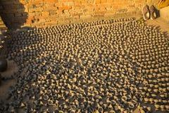 A produção da cerâmica dos produtos é secada na rua no sol aberto Fotografia de Stock
