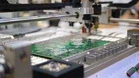 Produção da placa de circuito eletrônico A máquina automatizada da placa de circuito produz a placa eletrônica digital impressa vídeos de arquivo