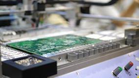 Produção da placa de circuito eletrônico A máquina automatizada da placa de circuito produz a placa eletrônica digital impressa filme