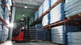 Produção das esteiras, armazém na produção, skidder para colchões, fábrica moderna do colchão, colchões no estoque, geral vídeos de arquivo