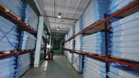 Produção das esteiras, armazém na produção, skidder para colchões, fábrica moderna do colchão, colchões no estoque, geral filme