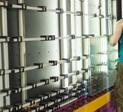Produção das janelas do PVC e das janelas dobro-vitrificadas, uma linha para lavar e secar o vidro para a produção de vidro de is fotografia de stock royalty free
