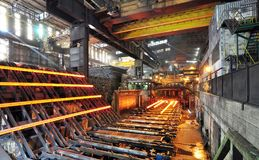 Produção de aço em uma fresa de aço - produção no indust pesado imagens de stock royalty free