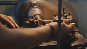 Produção de anéis Joalheiro que trabalha com anel do modelo da cera em sua oficina Fatura da joia do ofício Detalhe disparado com foto de stock