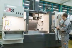 Produção de componentes eletrônicos na alto-tecnologia fotografia de stock