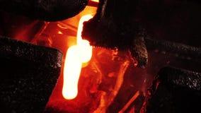 Produção de derretimento do vidro das garrafas de vidro para o juce ou a cerveja na fábrica filme