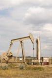 Produção de Derrick Pump Jack Fracking Energy do óleo foto de stock