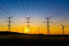 Produção de eletricidade no por do sol imagem de stock