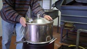 Produção de essências do perfume pela destilação de vapor no cubo da destilação em uma vila alpina pequena vídeos de arquivo