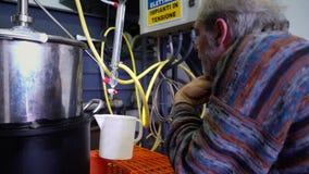 Produção de essências do perfume pela destilação de vapor no cubo da destilação em uma vila alpina pequena video estoque
