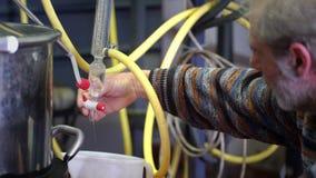 Produção de essências do perfume pela destilação de vapor no cubo da destilação em uma vila alpina pequena filme