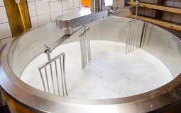 Produção de queijo nos Países Baixos foto de stock royalty free