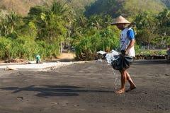 Produção de sal tradicional do mar sobre na areia preta vulcânica, B Foto de Stock