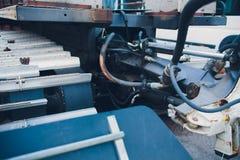 Produção de tratores, peças do trator e igualmente fase do conjunto do onveyor dos instrumentos o corpo do trator na fábrica imagens de stock