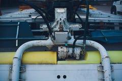 Produção de tratores, peças do trator e igualmente fase do conjunto do onveyor dos instrumentos o corpo do trator na fábrica fotografia de stock royalty free
