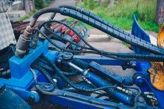 Produção de tratores, peças do trator e igualmente fase do conjunto do onveyor dos instrumentos o corpo do trator na fábrica fotografia de stock