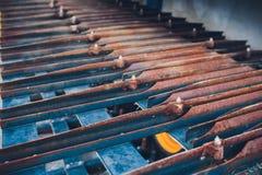 Produção de tratores, peças do trator e igualmente fase do conjunto do onveyor dos instrumentos o corpo do trator na fábrica imagem de stock royalty free