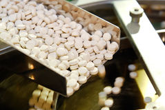 Produção do comprimido da tabuleta nos trilhos Imagem de Stock Royalty Free