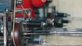 Produção do reforço da fibra de vidro - a máquina está girando o fio de fibra ótica video estoque