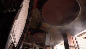 Produção do tijolo Vista de máquina de secagem, close-up vídeos de arquivo