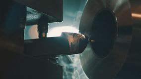 Produção e detalhes e peças do trabalho feito com ferramentas na máquina de trabalho do metal automático vídeos de arquivo