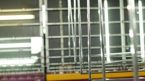 Produção e fabricação das janelas dobro-vitrificadas e das janelas do PVC, um departamento da produção com uma linha para lavar video estoque