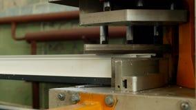 A produção e a fabricação de janelas do pvc, quadro de janela do pvc são situadas na máquina para soldar os cantos do vídeos de arquivo