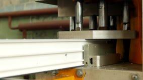 A produção e a fabricação de janelas do pvc, quadro de janela do pvc são situadas na máquina para soldar os cantos do filme