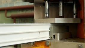A produção e a fabricação de janelas do pvc, quadro de janela do pvc são situadas na máquina para soldar os cantos do video estoque