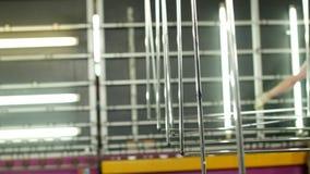 A produção e a fabricação de janelas dobro-vitrificadas e de janelas do PVC, um trabalhador masculino instalam o vidro em uma lin filme