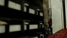 A produção e a fabricação de janelas dobro-vitrificadas e de janelas do PVC, um trabalhador masculino instalam o vidro em uma lin vídeos de arquivo