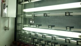 A produção e a fabricação do vidro de isolamento do vidro e das janelas do PVC, o limpo e o seco vêm da linha de produção para vídeos de arquivo