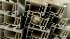 A produção e a fabricação dos quadros e das janelas do PVC, nas janelas do pvc que fabricam a oficina, o perfil do PVC estão liga video estoque