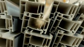 A produção e a fabricação dos quadros e das janelas do PVC, nas janelas do pvc que fabricam a oficina, o perfil do PVC estão liga filme