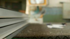 A produção e a fabricação dos quadros e das janelas do PVC, nas janelas do pvc que fabricam a oficina, o perfil do PVC estão liga vídeos de arquivo