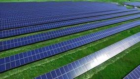 Produção energética limpa com parque solar Ideia aérea do campo da energia solar filme