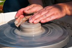 Produção feito a mão da cerâmica no círculo da cerâmica Imagem de Stock