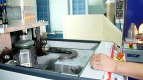Produção, o processo de latas plásticas da fabricação para o café das placas plásticas video estoque