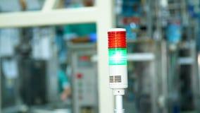 Produção, oficina, close-up de uma lâmpada especial da cor vermelha e verde há um processo de manufatura, um trabalho video estoque