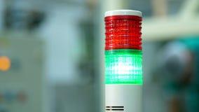 Produção, oficina, close-up de uma lâmpada especial da cor vermelha e verde há um processo de manufatura, um trabalho vídeos de arquivo