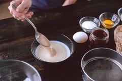 Produção passo a passo de torta da morango Fotografia de Stock