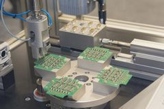 Produção robótico de componentes eletrônicos foto de stock royalty free