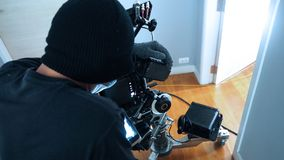 Produção video do tiro do fotógrafo com grupo da câmera Fotografia de Stock Royalty Free
