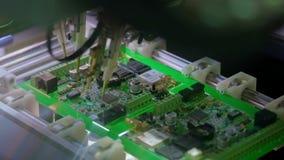 Produ??o da placa de circuito eletr?nico A m?quina automatizada da placa de circuito produz a placa eletr?nica digital impressa vídeos de arquivo