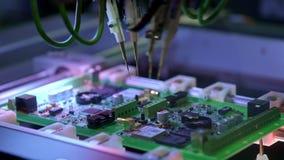 Produ??o da placa de circuito eletr?nico A m?quina automatizada da placa de circuito produz a placa eletr?nica digital impressa filme