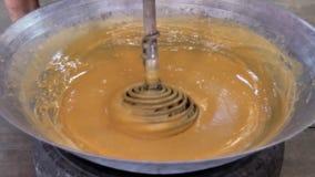 Produ??o de a??car do coco o açúcar real do coco para fazer do néctar da flor do coco para agitar dentro o processo quente até co filme