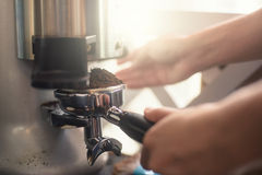 Produca il caffè caldo con la macchina Immagine Stock Libera da Diritti