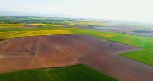 Producción alimentaria de la OGM AGRICULTURA - Tractor que rocía el campo fresco con el fertilizante metrajes