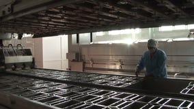 Producción automática de queso Planta para la producción de productos lácteos almacen de metraje de vídeo